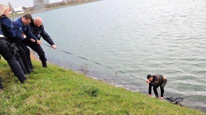 Politie schiet ter hulp nadat hondenbaasje in water sukkelt