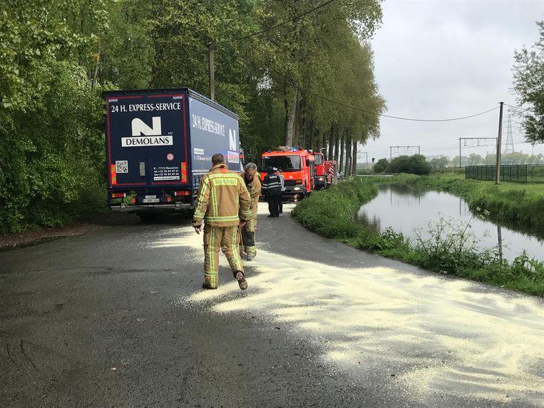 De brandweer kwam het oliespoor in de Krinkelstraat opkuisen.