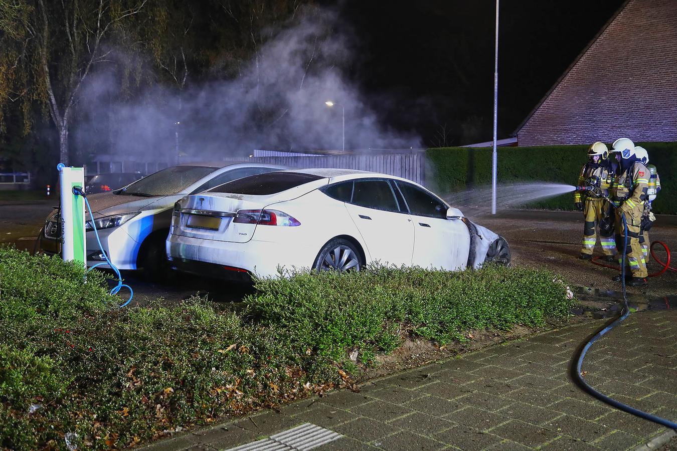 De dubbele autobrand bij Ussenstelt in Oss.