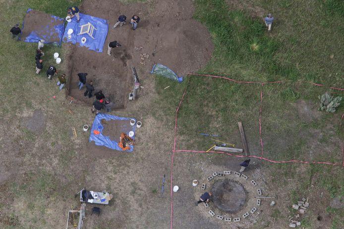Telefoongegevens een overleden oom brachten agenten naar de plek waar de kinderen begraven lagen.