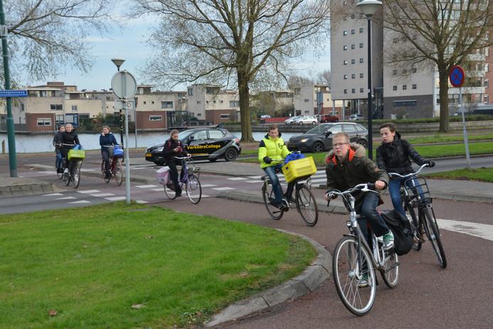 Als het aan het Woerdense college ligt, wordt de rotonde op de Steinhagenseweg/Beneluxlaan vervangen door een fietstunnel.
