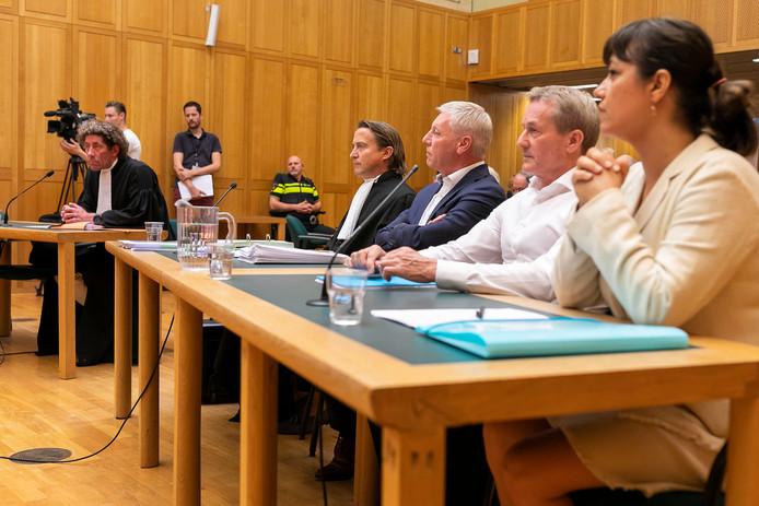Links de advocaat van Kakhi Jordania (die zelf niet aanwezig was), rechts de delegatie van FC Den Bosch in de rechtbank.