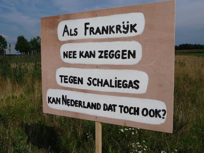 Protestborden bij het terrein De Vorst in Lennisheuvel tegen de komst van schaliegasboringen.