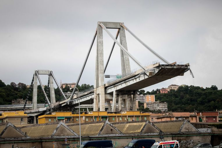 De Morandi-brug in Genua stortte dinsdagmorgen in. Beeld Photo News