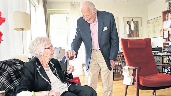 De 99-jarige Gerard van Wijk verzorgt zijn 97-jarig echtgenote Anny.