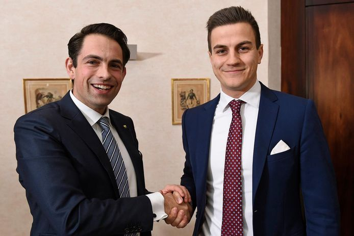 Dries Van Langenhove (à droite) avec le président du Vlaams Belang Tom Van Grieken