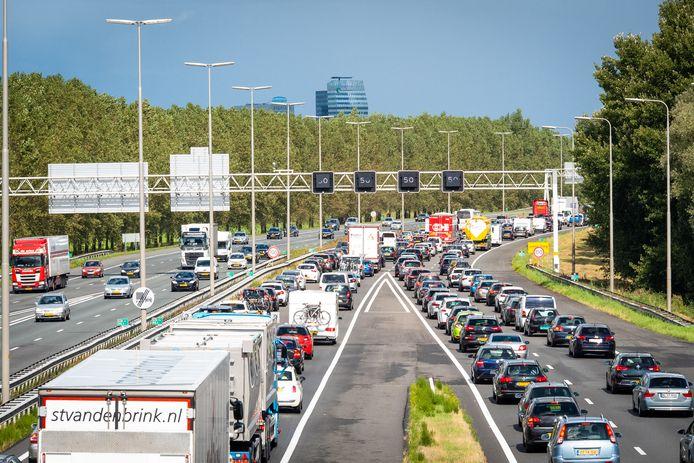 Files op de A28 richting Zwolle: ze komen steeds vaker voor. Verbreding van deze snelweg kost miljarden, daarom wil Regio Zwolle ook Europese fondsen aanboren.