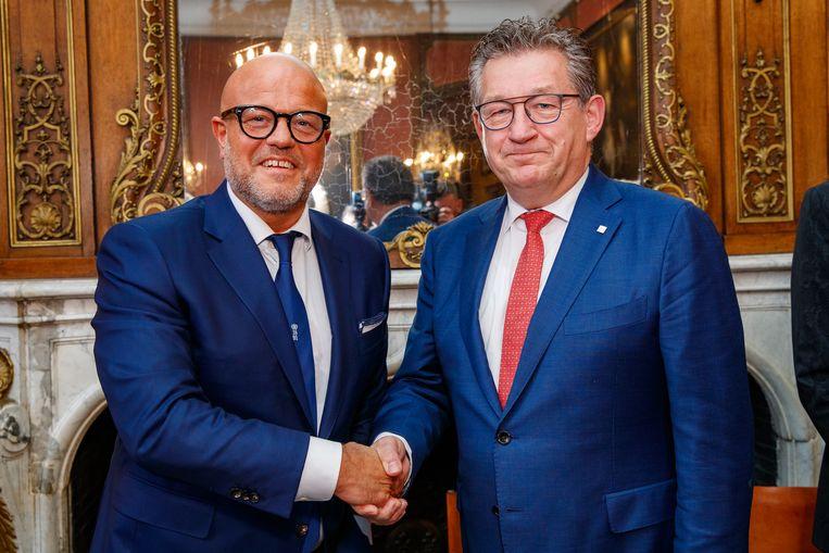 Club-voorzitter Bart Verhaeghe en de Brugse burgemeester Dirk De fauw. Beeld BELGA