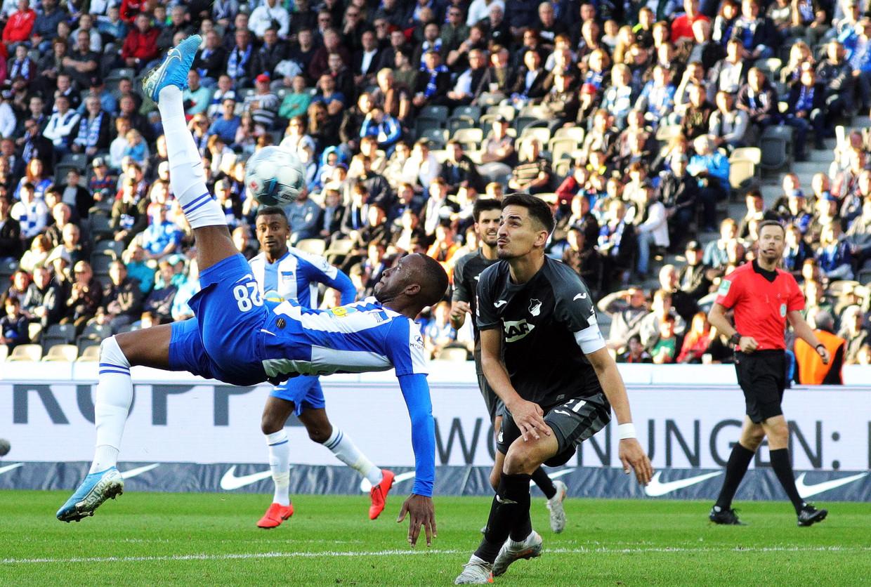 Onze landgenoot Dodi Lukebakio, aanvaller bij Hertha BSC, scoort met een omhaal tegen Hoffenheim. Morgen staat deze clash weer op het programa. Beeld EPA