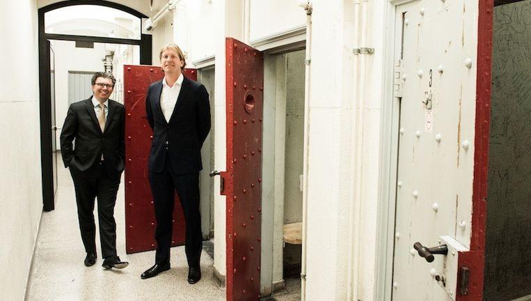 Vastgoedmannen Vincent Huizinga (links) en Mees Besselaar bij de zogenaamde budget rooms. Beeld Mats van Soolingen