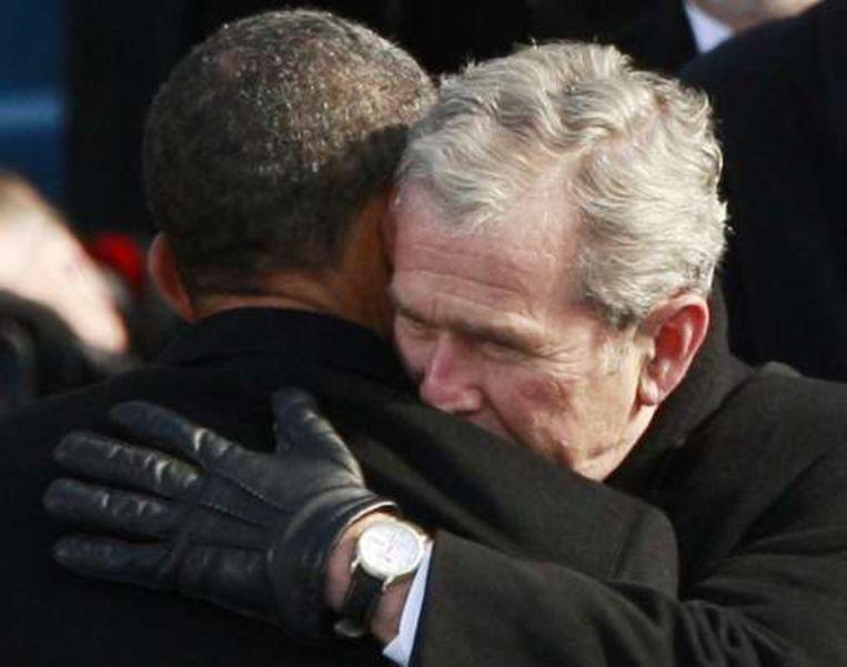 Bush omarmt opvolger Obama. Beeld UNKNOWN
