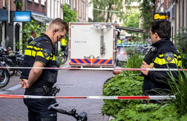 De politie heeft de Lange Leidsedwarsstraat afgezet, waar De Vries is neergeschoten. Beeld ANP