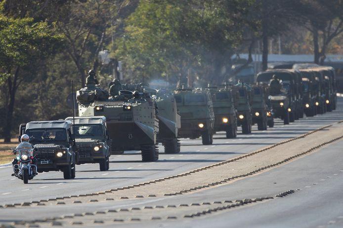 Enkele uren voordien was een militair konvooi met tientallen voertuigen onder meer nog langs het presidentieel paleis en het congres gereden.