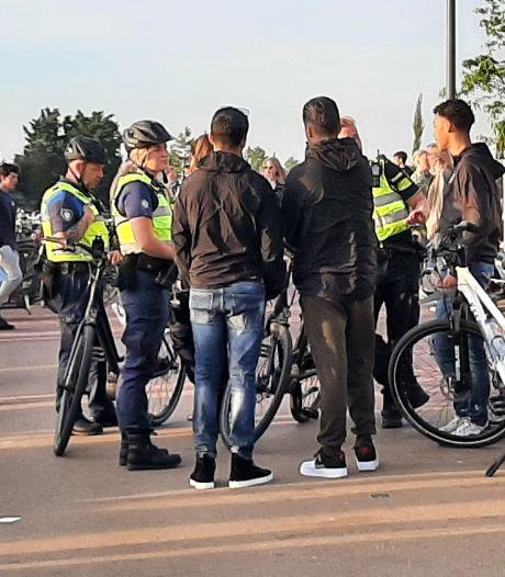 Politie is massaal aanwezig op de Strandboulevard in Harderwijk om relletje zoals vorige week te voorkomen