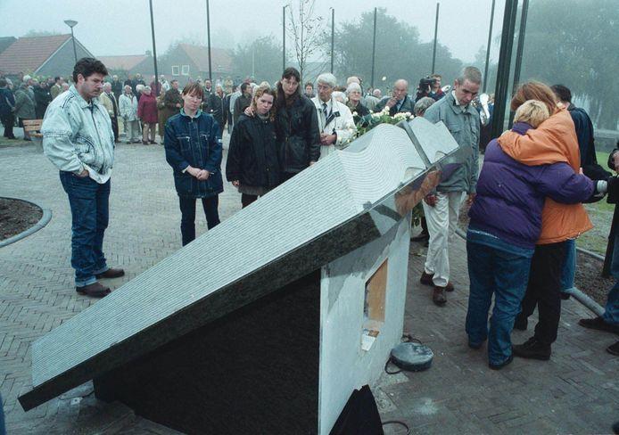 Nabestaanden treuren bij het monument voor de legionellaslachtoffers van de West-Friese flora. (FOTO: GPD/JOHN OUD)