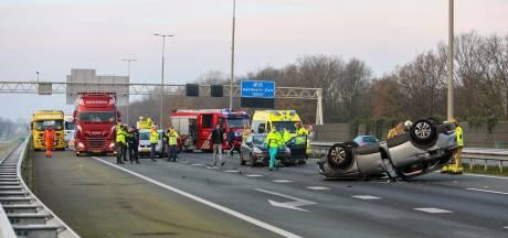 Flinke chaos door ongeluk op A1 bij Apeldoorn: auto landt op de kop