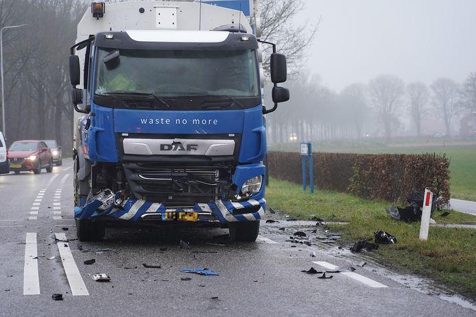 De vrachtwagen die in botsing kwam met het busje.