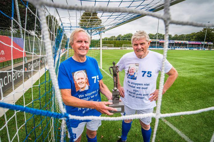 Paul Soeverijn en Henk Lentelink  zijn allebei 75 jaar oud en voetballen nog steeds. Om dat te vieren was er zondag een huldigingswedstrijd bij De Zweef.