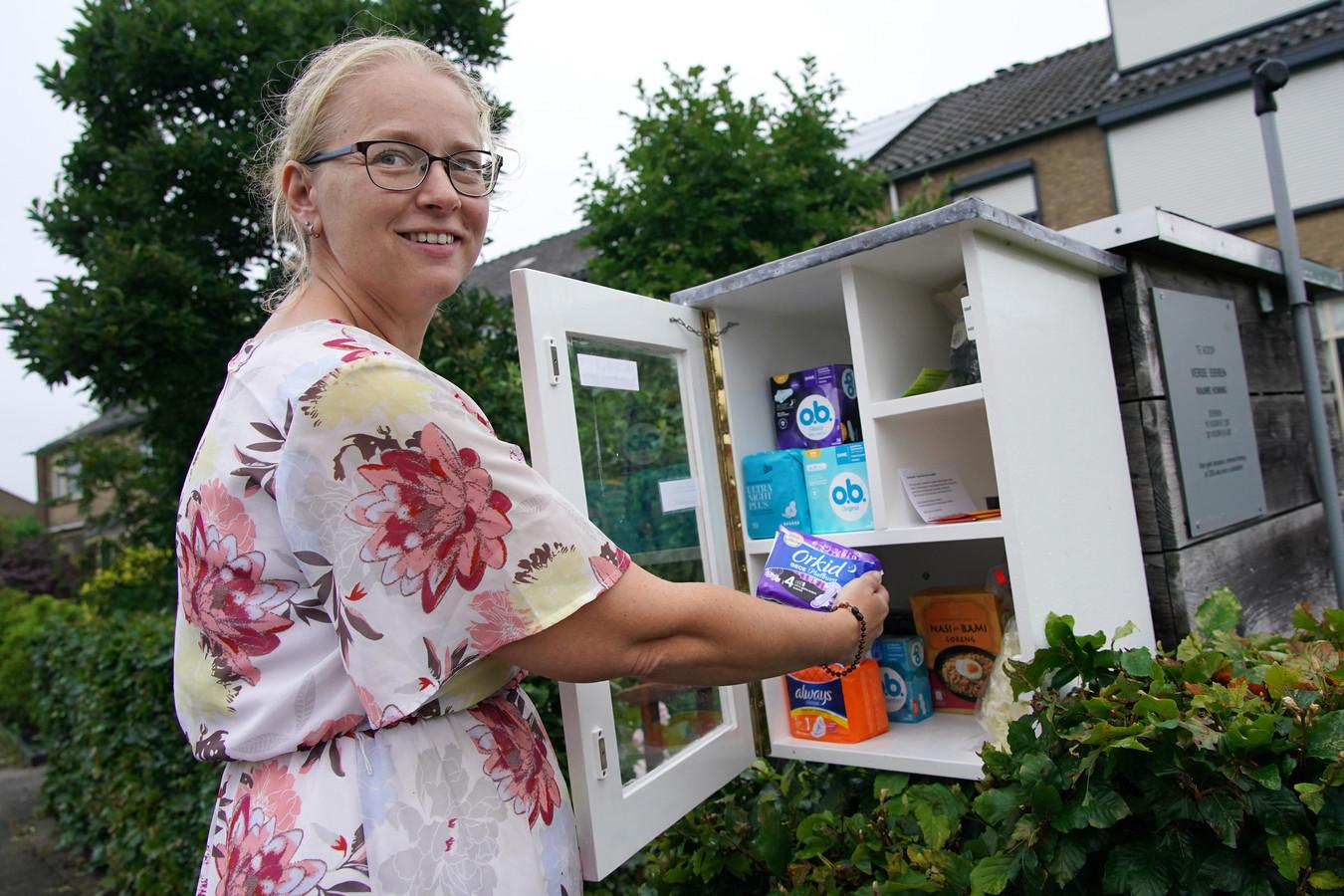 """Anita Dokter bij haar afgiftebox voor menstruatieproducten: ,,Ik weet zeker dat er ook in Nijkerk stille armoede heerst. Zeker in de wijk Paasbos waar ik zelf woon."""""""