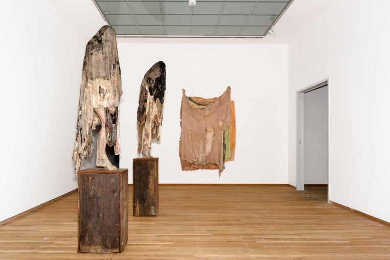 De opbouw van de tentoonstelling van Berlinde De Bruyckere. Beeld Sas Schilten