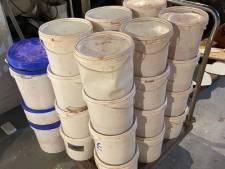 Politie ontdekt drugslab met 'volop chemicaliën' na tips omwonenden; twee verdachten aangehouden