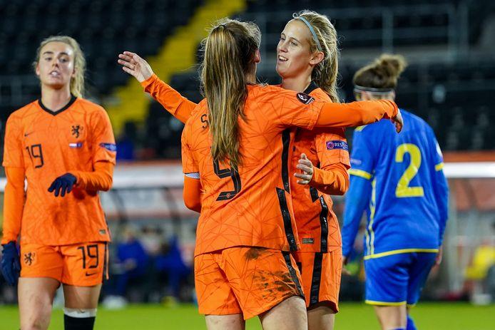 Katja Snoeijs viert de 6-0 met aangeefster Jöelle Smits. Snoeijs maakte een hattrick tegen Kosovo, Jill Roord (links) was twee keer trefzeker voor Oranje.