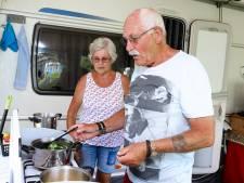 Loek kookt in alle rust op de camping: 'Ik mis alleen een aanrecht'
