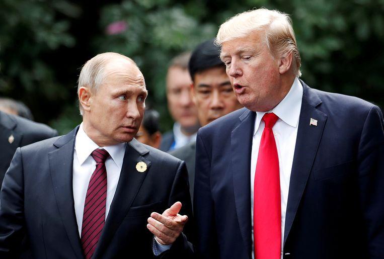 Vladimir Poetin en Donald Trump vorig jaar in november tijdens een top in Danang, Vietnam.  Beeld REUTERS