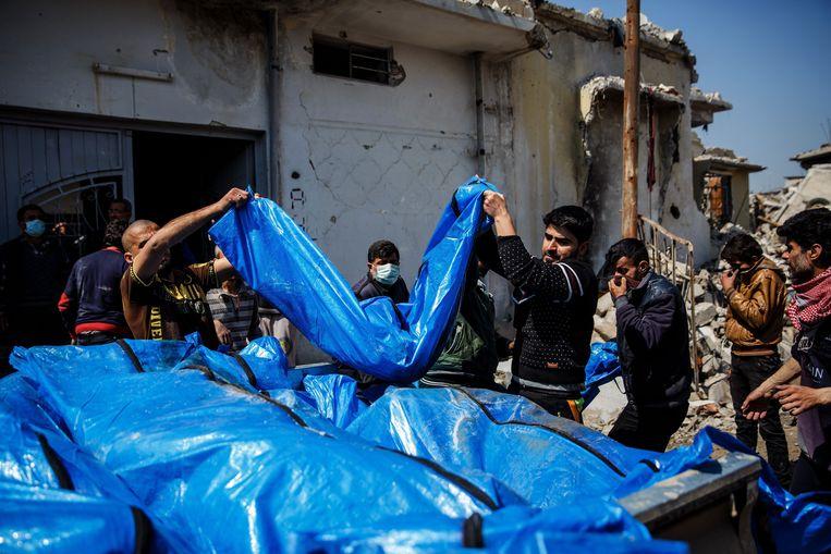 Lichamen van slachtoffers worden van onder het puin gehaald in Mosoel na de dodelijke luchtaanval vorige maand. (archieffoto) Beeld Photo News