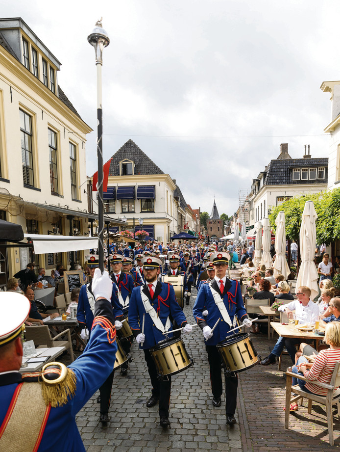 Irene Hasselt, vorig jaar tijdens een straatparade in Elburg. Dit jaar is er in eigen plaats een grote straatparade.