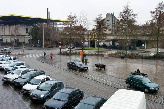 Zo troosteloos en grauw zag het Stationplein er in 2006 nog uit.