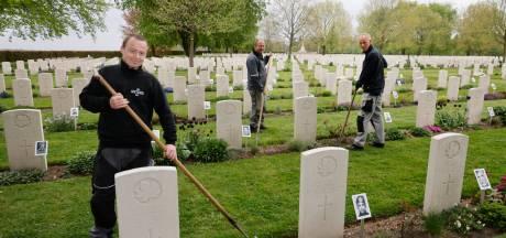 Hoveniers van de vrijheid op Canadese begraafplaats: 'Soms vragen mensen of wij weten waar opa ligt'