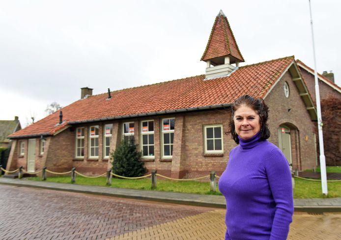 Marleen Simoens voor haar kerk die ze verkoopt.