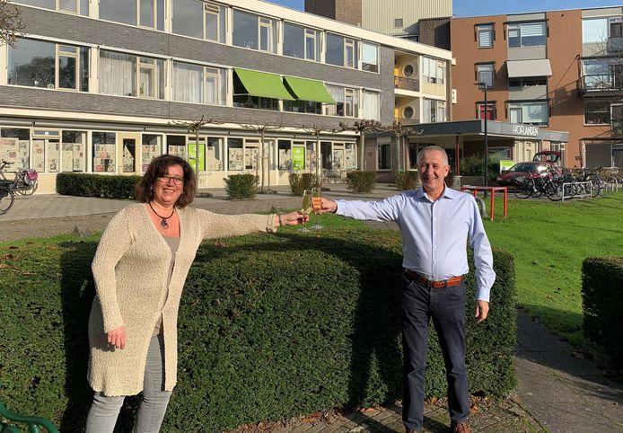 Nico van der Steeg (voorzitter 't Oude Landt) en Miranda Vlieger (voorzitter Logeerhuis Bredius) proosten op de komst van het Logeerhuis.