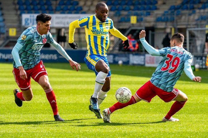 Ola John (midden) in actie tegen Ajax.