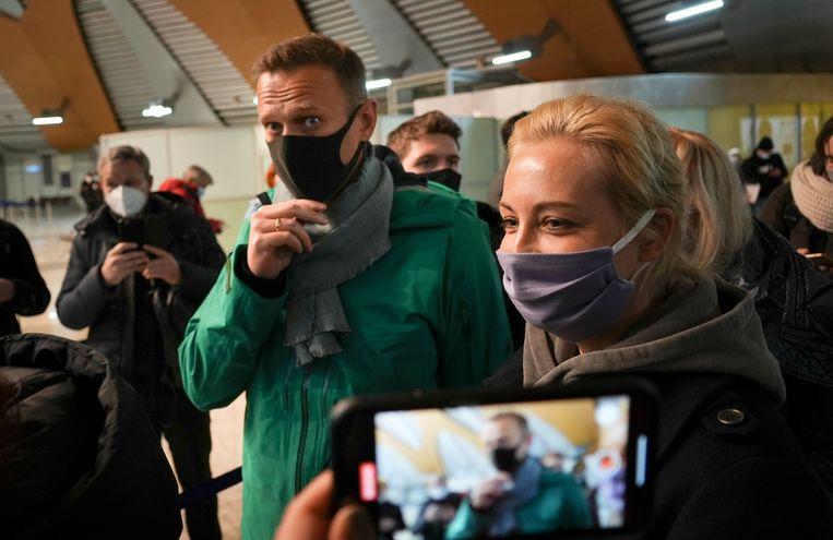 Navalny en zijn vrouw arriveerden zondag in Moskou. Kort daarop werd de oppositieleider aangehouden. Beeld AP