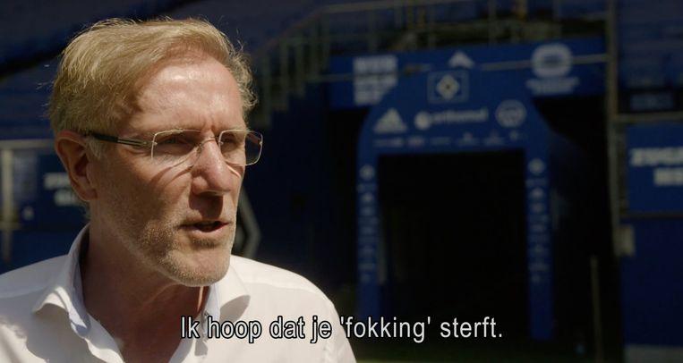 Hans van Breukelen geeft tekst en uitleg bij de beelden waarop te zien is hoe hij over Lothar Matthäus gebogen staat. Beeld Andere tijden sport/NTR