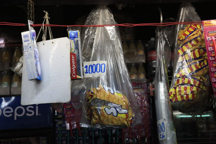 Producten als zeep en tandpasta zijn duur in Venezuela. 4000 bolivar is 5 dollar, dus de tube colgate is 12 dollar. Minimum loon per maand is 6 dollar.