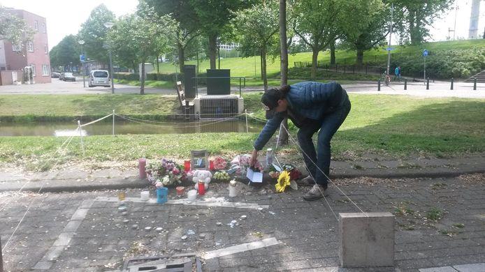 Op de gedenkplek waar de steekpartij plaatsvond, worden kaarten en bloemen neergelegd. Ook worden kaarsjes en waxinelichtjes aangestoken.