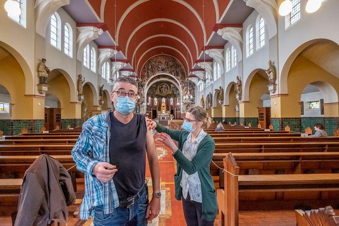 Leon Hermsen wordt gevaccineerd in de kerk van Ottersum.