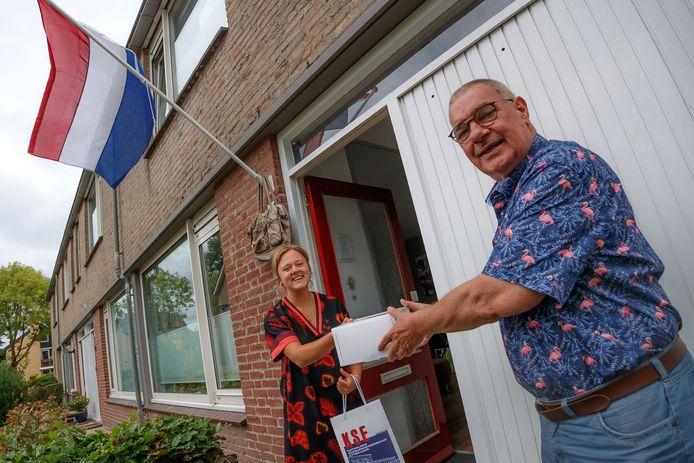 De leraren van de KSE gaan vandaag bij alle 470 (!) geslaagden op huisbezoek om ze te feliciteren met hun diploma. Docent Jaap Heule ging onder andere op bezoek bij atheneum-leerlinge Lisanne Colijn.