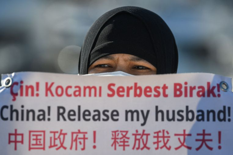 Een Oeigoerse vrouw houdt een spandoek vast tijdens een demonstratie nabij het Chinese consulaat in Istanbul. Beeld AFP
