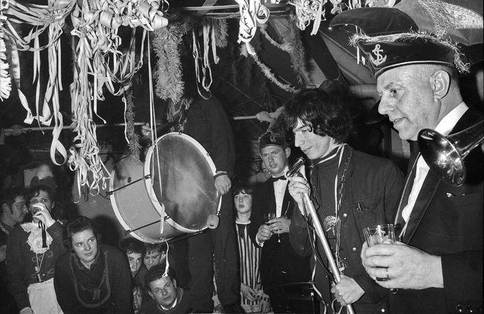 Boudewijn de Groot op 8 februari 1967 bij de carnavalsvereniging in Wamel. Hij zong in zaal Rutten onder meer de hit: Het land van Maas en Waal. Foto: Jan Bouwhuis.