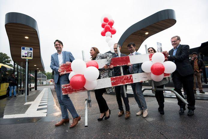 Met het wegtillen van een verkeershek openen de betrokken bestuurders het nieuwe streekbusstation bij NS station Driebergen-Zeist.