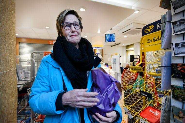 Emotionele eigenaresse Maaike in haar geplunderde winkel, de dag na de rellen. Vele tientallen jongeren zijn rellend en plunderend door het stadscentrum van Den Bosch getrokken.  Beeld ANP