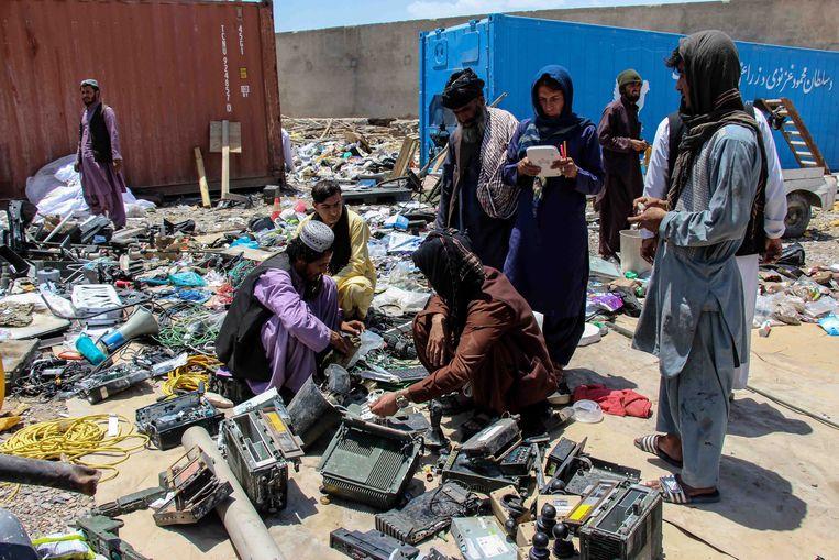 Afghaanse schroothandelaren kopen apparatuur op die door troepen van de VS en andere Navo-partners is afgedankt.  Beeld EPA
