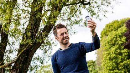 """'De Afspraak'-presentator Bart Schols kampt met een gsm-verslaving: """"Niet kunnen weerstaan aan de pings: verschrikkelijk"""""""