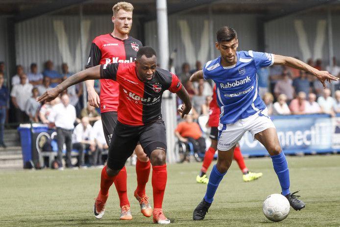 Cendrino Misidjan (l) in actie namens De Treffers-zondag, komend seizoen speelt hij op de zaterdag.