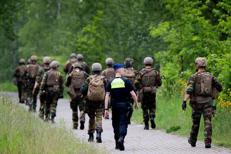 Zoektocht in Maasmechelen naar de gewapende ex-militair, die onder meer viroloog Marc van Ranst bedreigde, eerder deze maand. Beeld BELGA