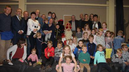 Sinterklaas en Zwarte Piet verwennen kinderen in Horebeke